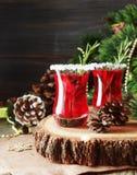 Vetro di vin brulé caldo per il nuovo anno con gli ingredienti per la cottura, i dadi e le decorazioni di Natale fotografia stock libera da diritti