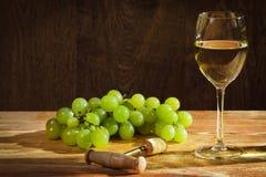 Vetro di vino bianco con l'uva Fotografia Stock