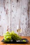 Vetro di vino bianco con l'uva Fotografia Stock Libera da Diritti
