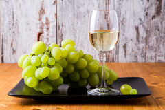 Vetro di vino bianco con l'uva Fotografie Stock Libere da Diritti
