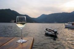 Vetro di vino bianco sulla tavola nel ristorante della spiaggia Immagini Stock