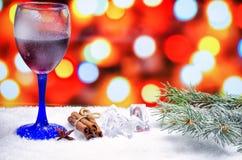 Vetro di vino caldo con i condimenti fotografia stock libera da diritti
