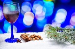 Vetro di vino caldo con i condimenti fotografie stock