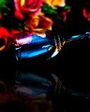 Vetro di vino con colore completo dei fiori immagine stock