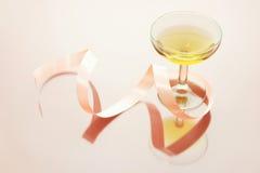 Vetro di vino con il nastro fotografia stock