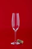 Vetro di vino con sughero sopra rosso Immagine Stock Libera da Diritti