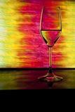 Vetro di vino davanti a priorità bassa variopinta Fotografia Stock Libera da Diritti