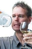 Vetro di vino della holding dell'uomo e bottiglia vuota Immagini Stock