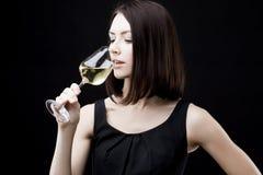 Vetro di vino della tenuta della donna fotografia stock libera da diritti