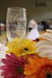 Vetro di vino delle spose con le coppie di dancing Fotografia Stock Libera da Diritti