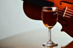 Vetro di vino e violino Fotografia Stock