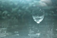Vetro di vino nella pioggia Immagini Stock Libere da Diritti