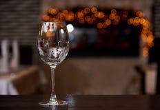 Vetro di vino pulito vuoto con la riflessione fotografie stock libere da diritti