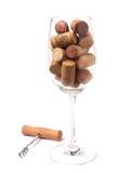 Vetro di vino riempito di sugheri del vino Fotografie Stock Libere da Diritti