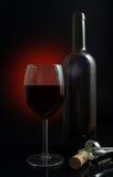 Vetro di vino rosso con la bottiglia Fotografia Stock
