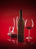 Vetro di vino rosso, della bottiglia e della brocca Fotografie Stock