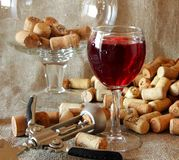 Vetro di vino rosso, della cavaturaccioli e del sughero da vino sulla tavola Fotografie Stock