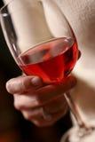 Vetro di vino rosso a disposizione Fotografia Stock