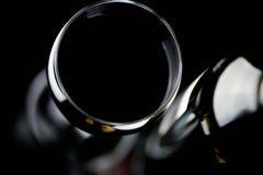 Vetro di vino rosso e della bottiglia Immagine Stock