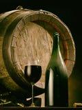 Vetro di vino rosso e della bottiglia di vino Barile del vino della quercia al backgroun Immagini Stock Libere da Diritti