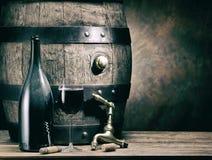 Vetro di vino rosso e della bottiglia di vino Barile del vino della quercia al backgroun Immagine Stock Libera da Diritti