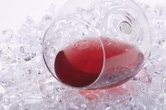 Vetro di vino rosso sui cubi di ghiaccio Fotografia Stock