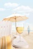 Vetro di vino sulla presidenza del adirondack alla spiaggia Fotografia Stock