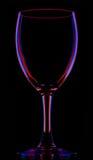 Vetro di vino vuoto colorato trasparente sul nero immagini stock