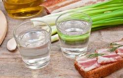 Vetro di vodka, delle cipolle e del bacon Fotografia Stock Libera da Diritti