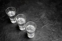 Vetro di vodka E limone che affetta su un piatto Posto per il vostro testo Fotografia Stock Libera da Diritti