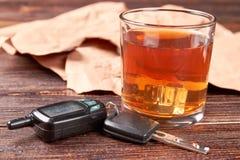 Vetro di whiskey, chiavi dell'automobile, carta fotografia stock libera da diritti