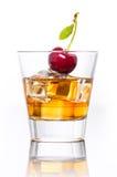 Vetro di whiskey con ghiaccio, isolato su fondo bianco Fotografie Stock Libere da Diritti