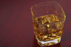 Vetro di whiskey con i cubetti di ghiaccio Fotografie Stock