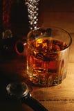 Vetro di whiskey, degli orologi e del tubo di tabacco fotografia stock libera da diritti