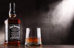 Vetro di whiskey e della bottiglia di Jack Daniel Fotografia Stock Libera da Diritti