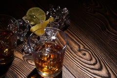 Vetro di whiskey su fondo di legno Fotografia Stock
