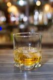 Vetro di whiskey su una tavola di legno fotografia stock libera da diritti