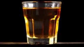 Vetro di whiskey sulla tavola archivi video