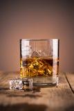 Vetro di whisky con ghiaccio Immagini Stock