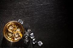 Vetro di whisky con ghiaccio Fotografie Stock Libere da Diritti