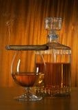 Vetro di whisky con il sigaro Immagini Stock