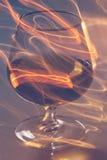 Vetro dorato di whiskey e delle linee gialle Immagine Stock