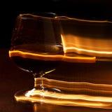 Vetro dorato di whiskey e delle linee gialle Fotografia Stock