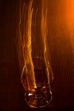 Vetro dorato di whiskey e delle linee gialle Immagini Stock Libere da Diritti