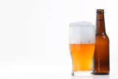 Vetro e bottiglia di birra fredda Immagini Stock Libere da Diritti