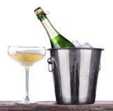 Vetro e bottiglia di champagne in secchiello del ghiaccio Fotografia Stock