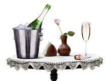 Vetro e bottiglia di champagne in secchiello del ghiaccio Immagini Stock Libere da Diritti