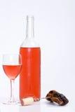 Vetro e bottiglia di vino rosso o rosè Fotografie Stock Libere da Diritti