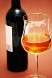 Vetro e bottiglia di vino su biege Fotografie Stock Libere da Diritti