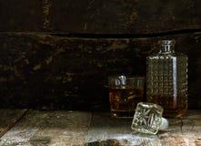 Vetro e Carafe di Bourbon o di whisky immagine stock libera da diritti